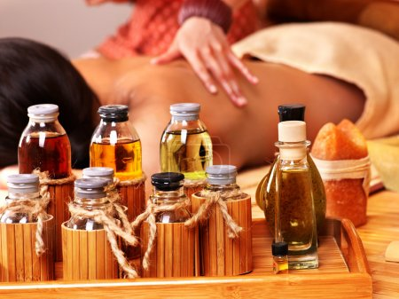 Photo pour Jeune femme recevant le massage au spa bambou. - image libre de droit