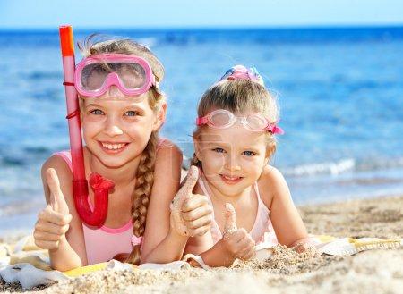 Photo pour Petite fille jouant sur la plage . - image libre de droit