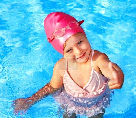 Photo pour Petite fille nager dans la piscine. - image libre de droit