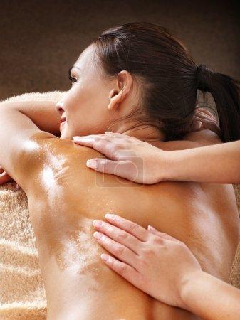 Photo pour Belle jeune femme ayant massage. - image libre de droit