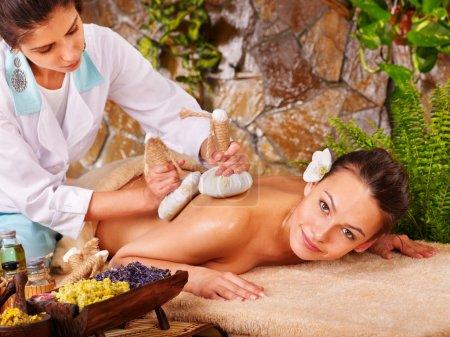 Photo pour Femme se thaï herbal compress massage spa. - image libre de droit