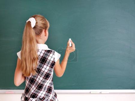 Photo pour Heureux écolier écrit sur le tableau noir . - image libre de droit