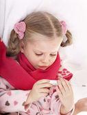 Kind nehmen Temperatur von thermometer