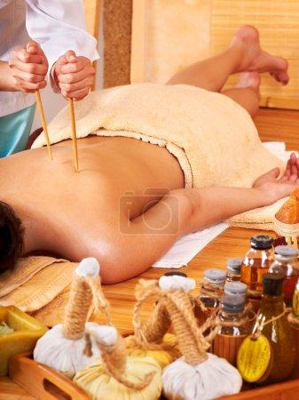 Photo pour Jeune femme se faire masser le bambou . - image libre de droit