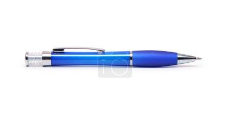 Photo pour Moderne stylo à bille bleu en plastique isolé sur fond blanc avec un tracé de détourage - image libre de droit