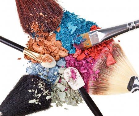 Photo pour Composition avec pinceaux de maquillage et ombres à paupières multicolores cassées - image libre de droit