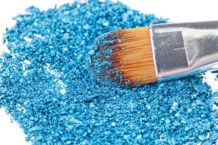 Photo pour Pinceau de maquillage avec fard à paupières concassée bleu - image libre de droit