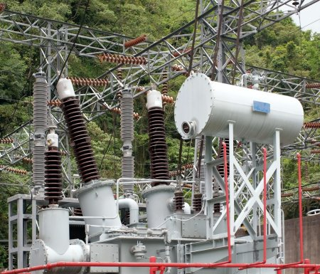 Photo pour Sous-station électrique attachée à une centrale hydroélectrique avec transformateurs et régulateurs - image libre de droit