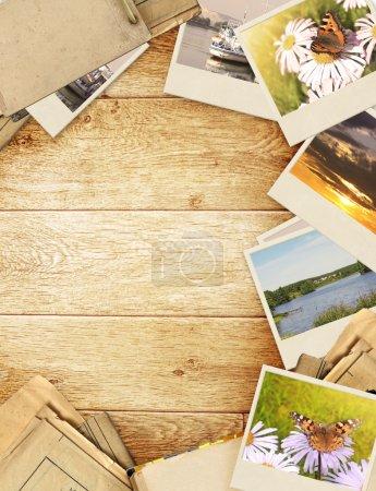 Photo pour Cadre avec vieux papier et photos. Objets sur planches de bois - image libre de droit