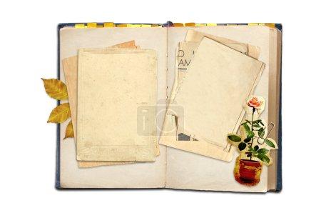 Photo pour Vieux journal intime. objets isolés sur blanc - image libre de droit