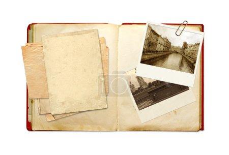 Foto de Libro viejo y fotos. objetos aislados sobre blanco - Imagen libre de derechos