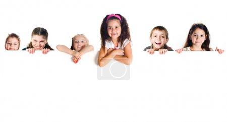Photo pour Groupe d'enfants souriants sur fond blanc - image libre de droit