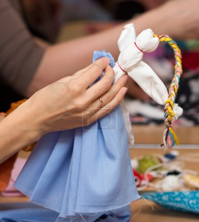 Photo pour Artisanat populaire russe. Fabrication de poupée en chiffon Vesnyanka - image libre de droit