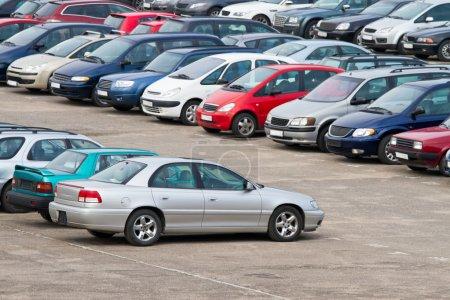 Photo pour Rangée de voitures sur le parking - image libre de droit