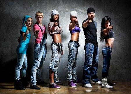 Photo pour Une équipe de danseurs pointée. Couleurs contrastées . - image libre de droit