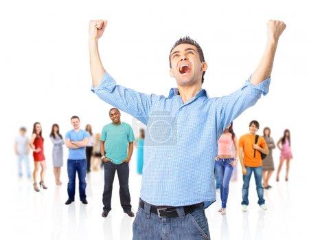 un homme d'affaires énergique très heureux avec les bras levés