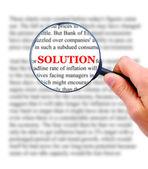 Ingrandimento vetro in mano e la parola soluzione