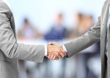 Photo pour Poignée de main hommes affaires au bureau - image libre de droit