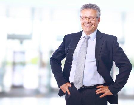Photo pour Portrait rapproché d'un homme d'affaires mature satisfait dans son bureau avec espace de copie - image libre de droit