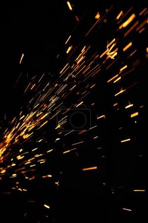 Photo pour Étincelles brillantes d'une meuleuse sur un fond noir - image libre de droit