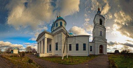 Photo pour Panorama ensoleillé avec église rurale - image libre de droit