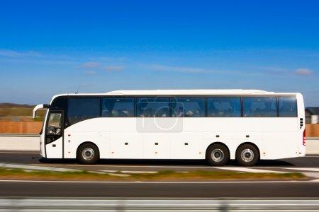 Photo pour Autobus de passager en mouvement sur l'autoroute et l'arrière-plan flou - image libre de droit
