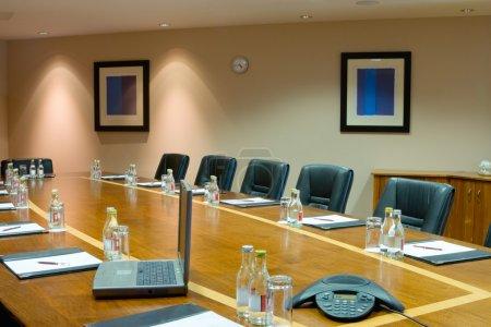 Photo pour Salle de conférence Intérieur avec table, crus de chaises et de blocs - image libre de droit