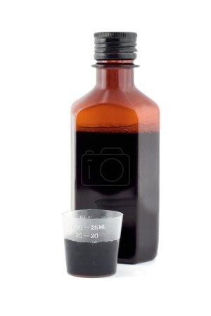 Photo pour Flacon sirop brun vue de face isolé sur fond blanc - image libre de droit
