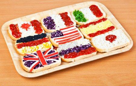 Photo pour Sandwiches avec les drapeaux des différents pays - image libre de droit