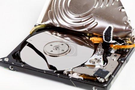 Photo pour Lecteur de disque dur cassé sur fond gris - image libre de droit