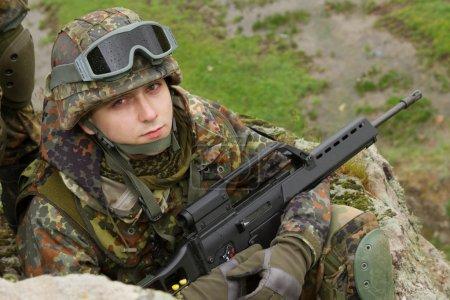 Photo pour Soldat en munitions combatives lourdes - image libre de droit