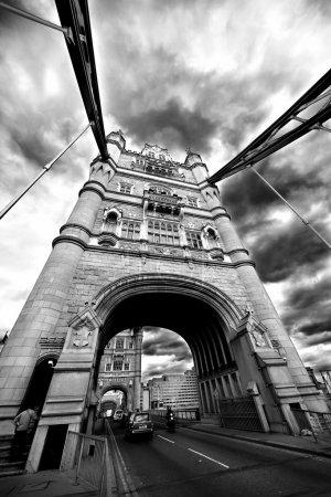 Foto de Torre de puente de Londres Inglaterra con tráfico de la calle y. mayo de 2009 - Imagen libre de derechos