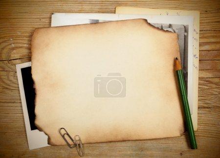 Foto de Pila de viejos documentos y fotos en una mesa de madera - Imagen libre de derechos