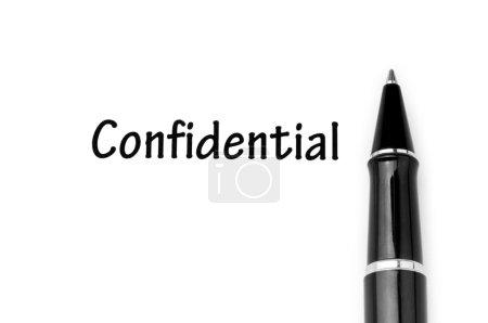 Photo pour Stylo et message confidentiel sur blanc - image libre de droit