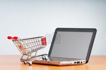 Photo pour Internet concept d'achat en ligne avec ordinateur et panier - image libre de droit