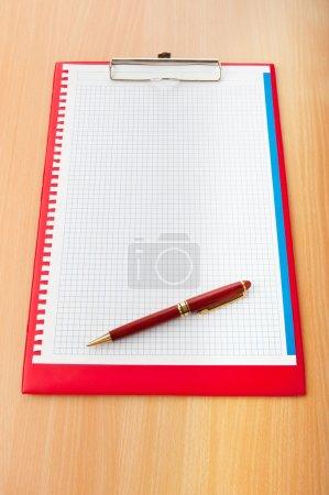 Photo pour Reliure avec page blanche avec stylo - image libre de droit