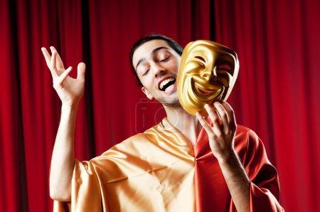 Photo pour Acteur avec maks dans un concept de théâtre drôle - image libre de droit