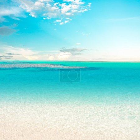 Photo pour Eau turquoise près de la plage tropicale - image libre de droit