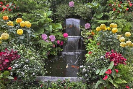 Photo pour Or petits poissons et des parterres de fleurs magnifiques dans un deux-cascade de chutes dans les jardins butchart bien connu - image libre de droit