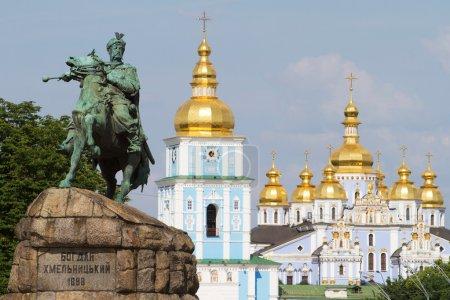 Photo pour Monument du célèbre ukrainiens Hetman Bogdan Khmelnitski devant le monastère de St. Michael Podol à Kiev, Ukraine - image libre de droit