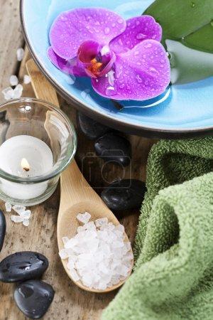 Photo pour Paramètres de Spa (pierres zen, bougie, serviette, sel de mer et orchidée) - image libre de droit