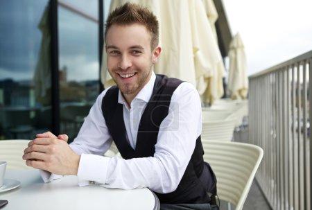 Porträt eines attraktiven jungen Mannes draußen