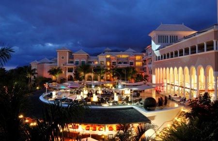 Photo pour Éclairage de nuit de luxe hôtel et nuages, l'île de tenerife, Espagne - image libre de droit