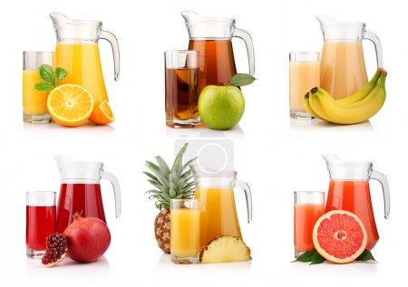 Photo pour Ensemble des cruches et des verres avec des jus de fruit tropical isolés sur fond blanc - image libre de droit
