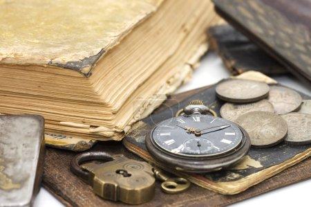 Photo pour Vieux livre et plume comme fond - image libre de droit