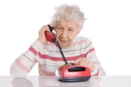 Photo pour La femme âgée parle au téléphone - image libre de droit