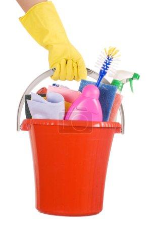 Photo pour Seau en plastique avec nettoyage fournitures sur blanc - image libre de droit