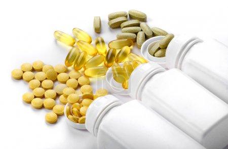 Photo pour Comprimés pilules et vitamines sur fond blanc - image libre de droit