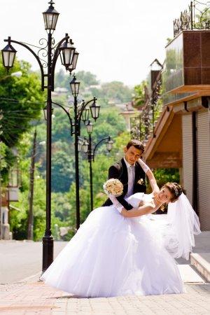 Photo pour Coup de mariage coloré de la mariée et le marié danse - image libre de droit