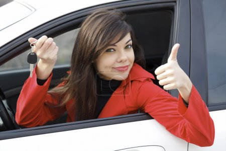 Photo pour Belle jeune femme heureuse avec des clés de voiture - image libre de droit